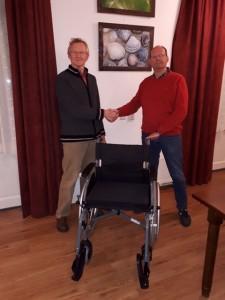 Eddy Brinkman (rechts) overhandigt namens de Barchemse Ondernemers Vereniging de nieuwe rolstoel aan Herman Morsink, voorzitter van de Stichting Vrienden Woonplus Barchem (foto: Inge Klein Brinke)
