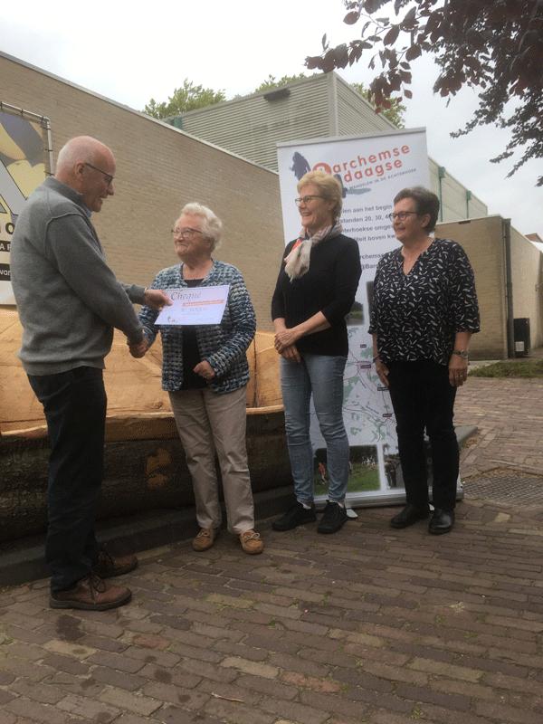 Overhandiging-cheque-B4D-2019-aan-Seniorensoos